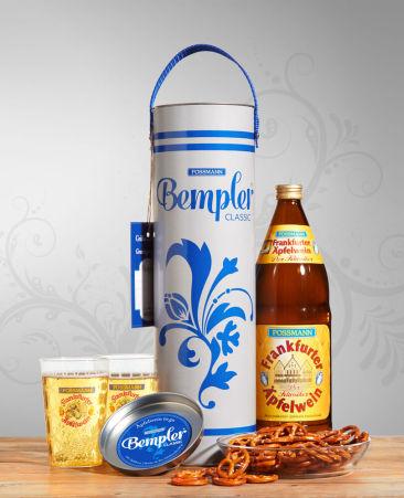 """Produkt-Konzept """"Bempler"""" für Possmann. Das hessische Picknick to go. Bempler Classic mit 1 Liter Äpfelwein, 2 Bechern und Bio-Salzbrezeln."""