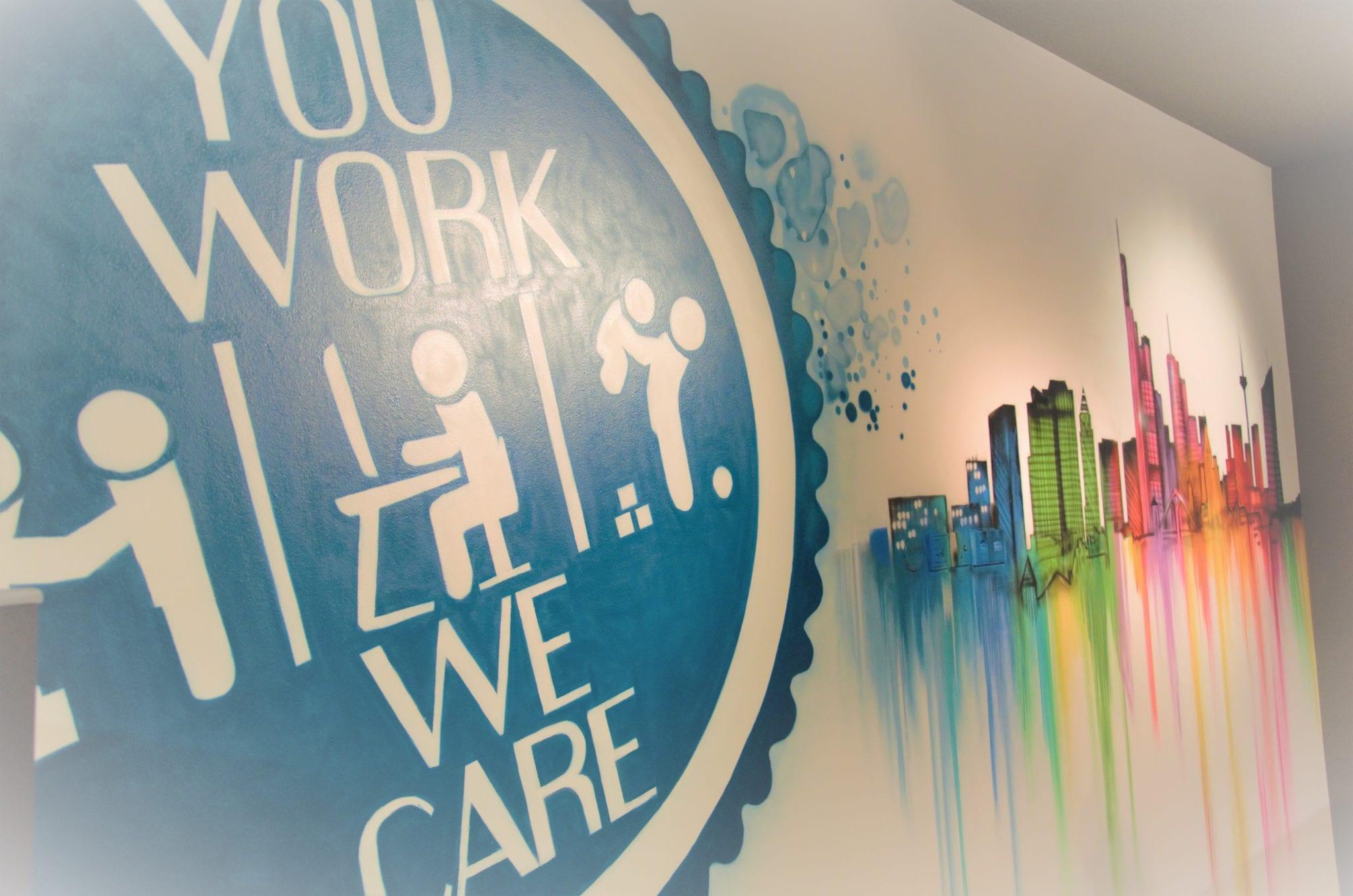 Bunte Wandbilder schmücken die Wände bei Co-Work & Play.