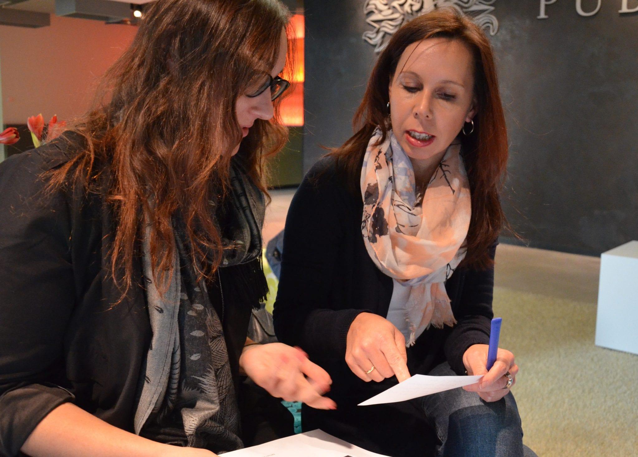 Die Geschäftsführerinnen Jana (l.) und Yvonne bei der Planung.