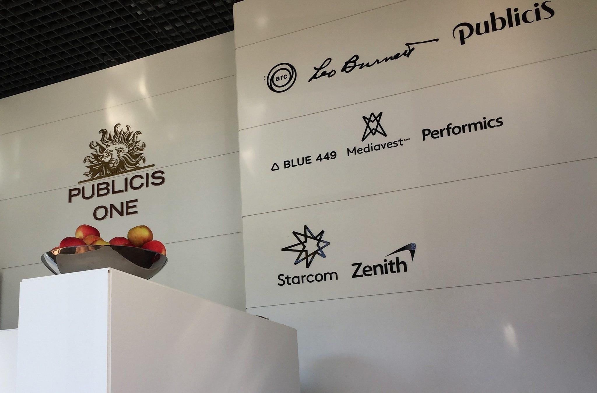 Die Logos der einzelnen Unternehmen der Publicis-One-Group zieren den Eingangsbereich.