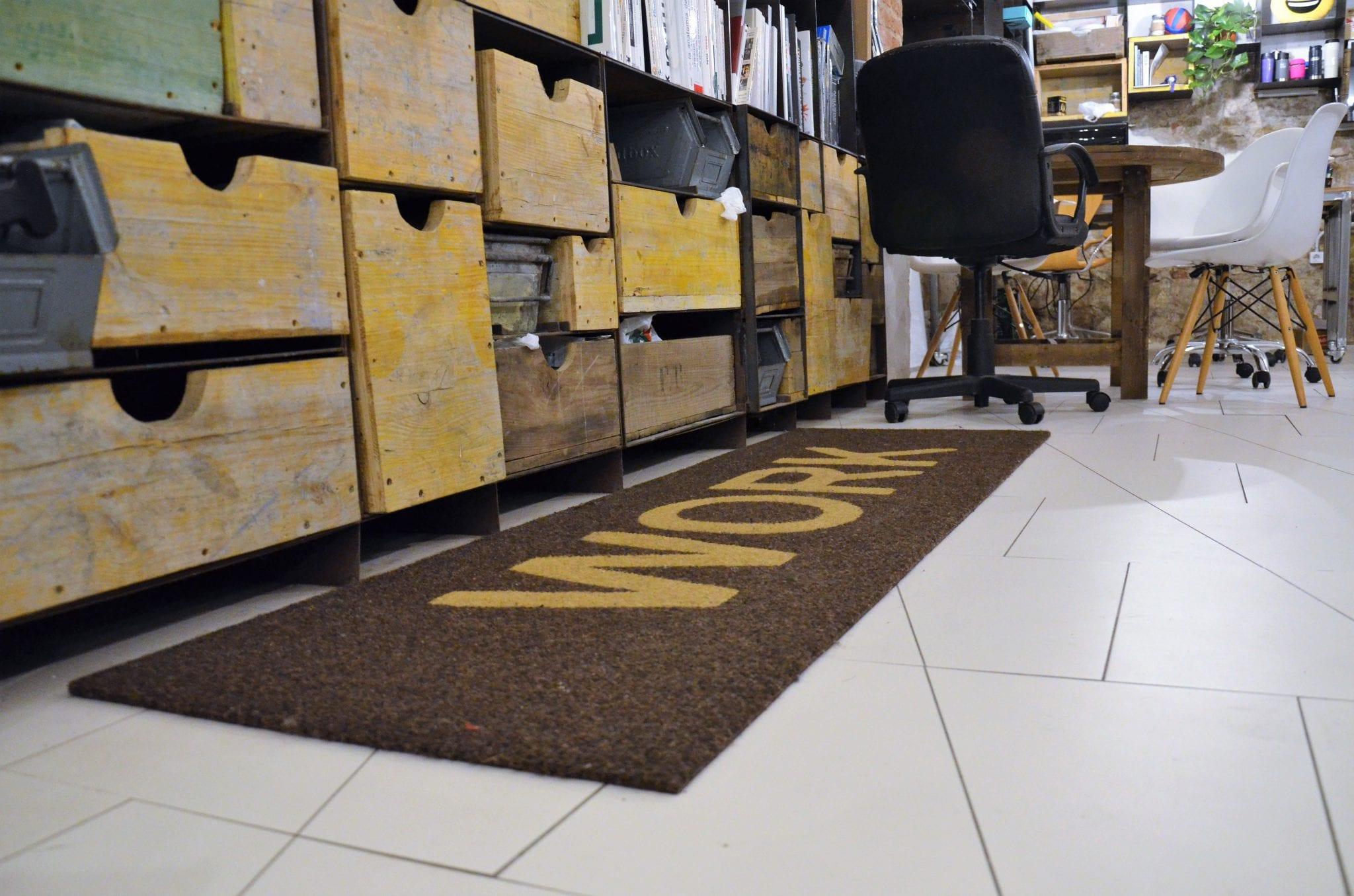 """""""Work"""" schmückt den Boden des Büros."""